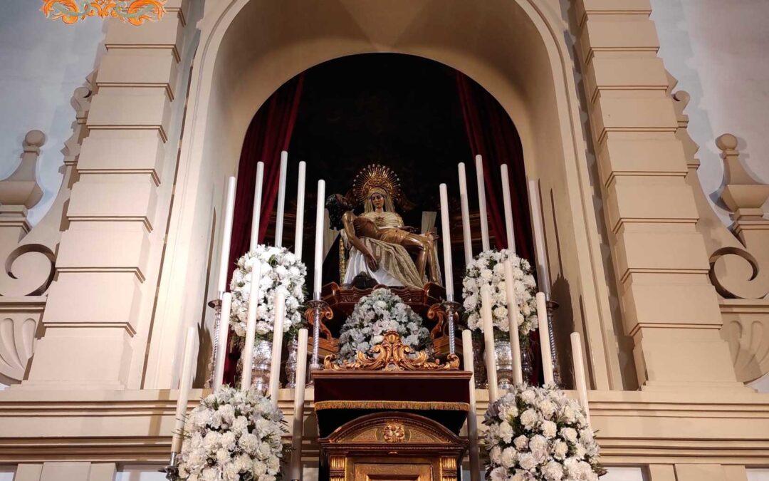 Grupo de oración en la Capilla de Nuestra Señora de las Angustias